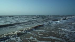 Branding van het bruine, vuile overzees, eenzaam strand, golven, hemel stock video
