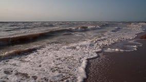 Branding van het bruine, vuile overzees, eenzaam strand, golven, kleirots, hemel stock videobeelden
