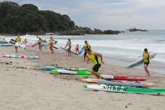 Brandingslifesavers die aan wal met surfplanken meeslepen royalty-vrije stock foto