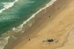 Brandingsschool op strand bij Gouden Kust, Australië Stock Foto's