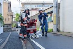 Brandkämpar förbereder brandsläckaren under brandlarmet i Kyoto Japan på 14 Juli 2016 Arkivbilder