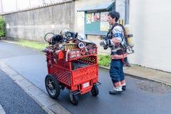 Brandkämpar förbereder brandsläckaren under brandlarmet i Kyoto Japan på 14 Juli 2016 Fotografering för Bildbyråer