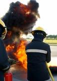 Brandkämpar som slåss brand Arkivfoton