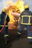Brandkämpar som slåss brand Royaltyfri Foto