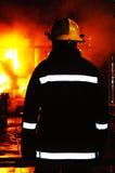 Brandkämpe på stor industriell brand Arkivfoto
