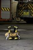 Brandkängor och flåsanden som är klara till uppgift Arkivfoton