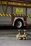 Brandkängor och flåsanden som är klara till uppgift Arkivfoto