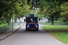 Brandkår av Haag med blåa ljus och siren i Zuiderparken royaltyfria foton