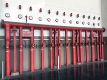 Brandkraansysteem uit de rode pijp van de ijzerbrand, Schakelaar voor water, sproeieralarm en brandalarm wordt samengesteld dat royalty-vrije stock fotografie
