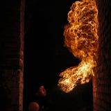 Brandkunstenaar die brand ademhaling uitvoeren royalty-vrije stock fotografie