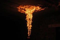 Brandkunstenaar die brand ademhaling uitvoeren stock foto