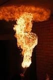Brandkunstenaar die brand ademhaling uitvoeren stock fotografie