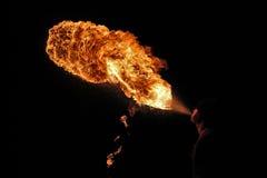 Brandkunstenaar die brand ademhaling uitvoeren stock afbeeldingen