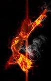 Brandkvinnan rymmer hans fot för en pol Arkivfoto