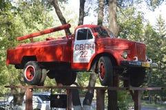 Brandlastbil AC-20 51 1952 år av frigöraren som är etablerat i 2012, i heder av den sextionde årsdagen av den första brandstation arkivfoto