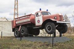 Brandlastbil AC-40 på chassier ZIL 157A nära firehousen i staden Kadnikov, Vologda region, Ryssland Royaltyfri Fotografi