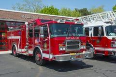 Brandlastbil i brandavdelning i Millis, MOR, USA royaltyfri fotografi