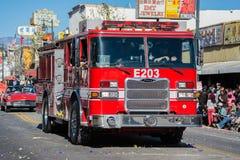 Brandlastbil i den 115. årliga guld- Dragon Parade Arkivfoton