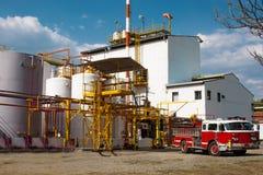 Brandlastbil i industriell växt Arkivbild
