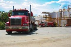 Brandlastbil i industriell växt Arkivbilder