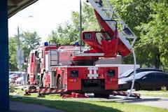 Brandlastbil med vattenposten och som rullar ut den lyftta trappan royaltyfri bild