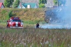 Brandlastbil och brandman arkivbild