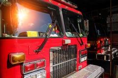 Brandlastbil som är klar att reagera till nödläget Arkivbild
