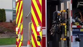 Brandlastbil som stoppas på vägen stock video