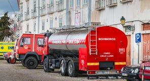 Brandlastbilar parkerade framme av en volontärbrandstation i Faro Royaltyfria Bilder