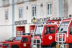 Brandlastbilar parkerade framme av en volontärbrandstation i Faro Arkivfoton
