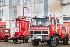 Brandlastbilar parkerade framme av en volontärbrandstation i Faro Royaltyfri Bild