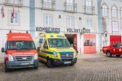 Brandlastbilar parkerade framme av en volontärbrandstation i Faro Arkivbild