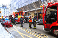 Brandmän ankom på den nöd- appellen, Paris royaltyfria bilder