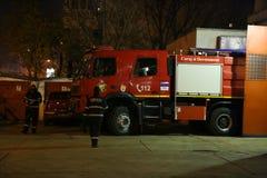 Brandmän för brandlastbil som är klara för handling Arkivbild