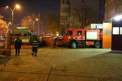 Brandmän för brandlastbil som är klara för handling Fotografering för Bildbyråer