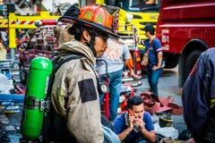 Brandmän förbereder sig att arbeta royaltyfri bild
