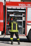 Brandmän förbereder sig för hjälpmedlen från lastbilen under en serio Royaltyfria Bilder