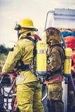 Brandmän i utrustning och hjälpmedel för brandman enhetlig förberedande arkivfoton