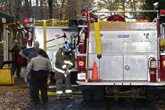 Brandmän och polis på lokalen som får klar Arkivfoton