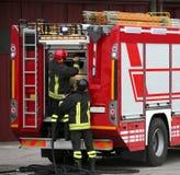 Brandmän och tankbilar under ett brandförhindrande övar Arkivfoton