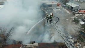 Brandmän på arbete arkivfilmer