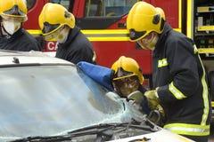 Brandmän på en bilkrasch Royaltyfri Foto