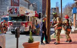 Brandmän på gatan efter en appell arkivfoton