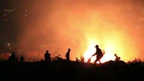 brandmän på nattskogsbrand arkivfilmer