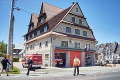 Brandmän rusar för att reagera till den nöd- appellen under Corpus Christiprocession Arkivfoton