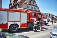 Brandmän rusar för att reagera till den nöd- appellen under Corpus Christiprocession Royaltyfria Bilder
