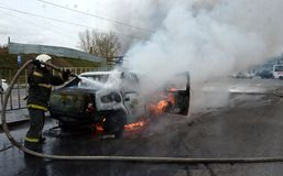 Brandmän släcker en brinnande bil i Ryssland Royaltyfri Fotografi