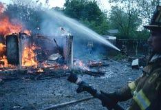 Brandmän slåss en brand i en liten byggnad i Bladensburg, Maryland arkivbilder