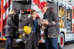 Brandmän som använder minnestavladatoren Fotografering för Bildbyråer