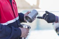 Brandmän som arbetar med en sugpump royaltyfri bild